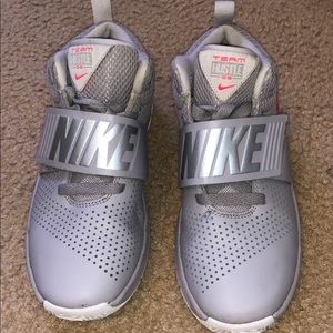 Girls Nike Team Hustle D8! Size 4